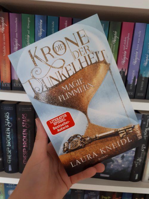 [Rezensionexemplar] Die Krone der Dunkelheit: Magieflimmern – Laura Kneidl